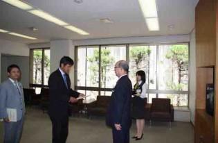二井知事さんより辞令交付を受け、山口県監査委員の選任されました。
