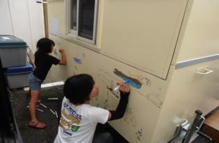 復興支援と平和を願って、子どもたちが「支援ハウス」に絵を描きました。